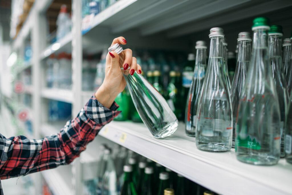Frau-greift-nach-Wasserflasche